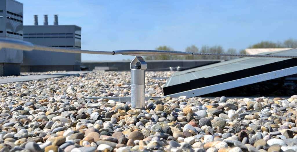 Horizontal lifeline system for safe PV system maintenance