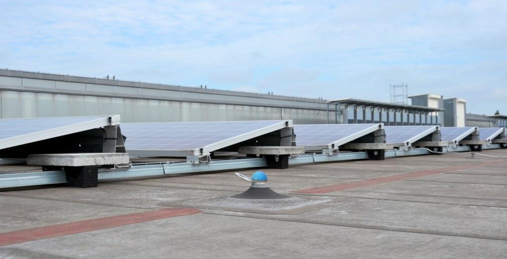 Single anchor point for solar panel maintenance