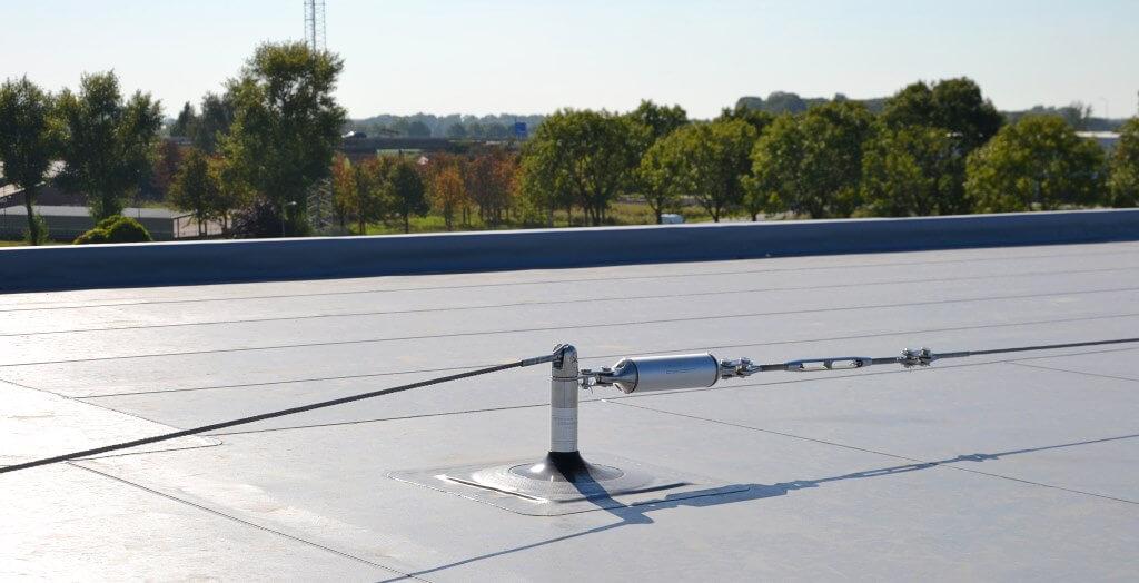 Horizontal lifeline system for roof