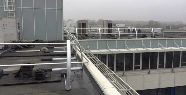 Curved guardrail for collective fall protection