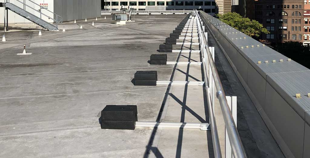 Freestanding guardrail along roof edge